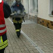 Ein Trupp leerte unter Atemschutz den Heizkessel.