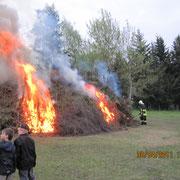 das Feuer und die Sicherheit übernimmt die Einsatzgruppe der Feuerwehr,                                            Foto: FFW Vogelsgrün