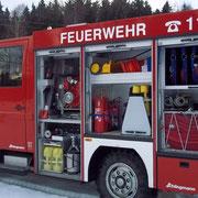 Im Geräteraum 1, 3 und 5 hier sind z.B. Schlauchtragekörbe und B- Rollschläuche, 2 weitere Atemschutzgeräte, Feuerlöscher und eine Kübelspritze, reserve Atemlutflaschen, 60l Schaumbildner und ein Streuwagen für Ölbindemittel untergebracht.