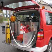 Verladen sind z.B. ein Stativ mit 2 LED-Scheinwerfern, die über das Fahrzeug betrieben werden können, ein Standrohr sowie div. Hydrantenschlüssel.