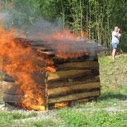 Ein richtiges Feuer löschen wie die großen Feuerwehrmänner, dass war die Aufgabe.