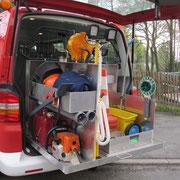 Weiterhin sind verladen z.B. eine Motorkettensäge sowie div. Zubehör,  Ölbindemittel und ein Streuwagen sowie Absperrmaterial für Unfallstellen.
