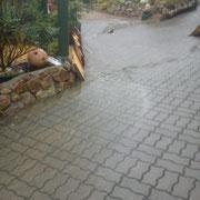 Das Wasser betrohte das Wohnhaus und überflutete eine Werkstatt mit Scheune.