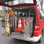Das Grundgestell ist aus einem alten Notarztfahrzeug und wurde an unser Fahrzeug angepasst, es ist ausfahrbar und erleichtert die Entnahme der Geräte.