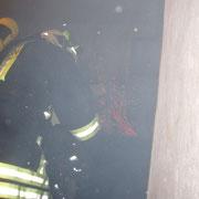 Beim Eintreffen der ersten Einsatzkräfte war das Feuer bereits aus, so das nur die Feuerstätte geleert werden und die Essenhaube entfernt werden musste. Zusätzlich wurden die Stockwerke mit der Wärmebildkamera überwacht.