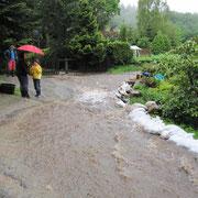 Mit Sandsäcken wurde versucht das Wasser vom Grundstück fernzuhalten.