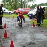 Natürlich gehört bei der Feuerwehr auch das richtige Ausrollen eines Schlauches dazu.