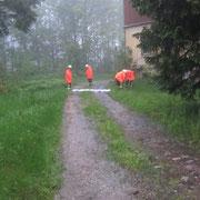 Hier wurde versucht das Wasser umzuleiten, um ein Wohnhaus zu schützen.