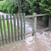 Damit das Wasser fließen konnte, musste dieser Zaun weichen.