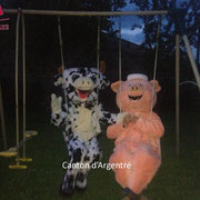 Les mascottes font de la balancoire