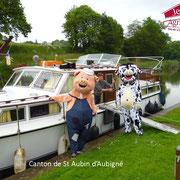 Les mascotte près d'un bateau