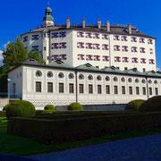 Das Bilderbuch Schloss Ambras mit dem traumhaften Schlossgarten zum stundenlangen Wandern