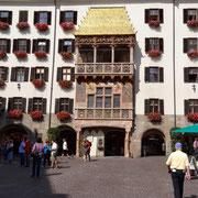 """""""Nutze jeden Augenblick, lass keinen Tanz im Leben aus, mitnehmen kannst du nichts"""" - Das goldene Dachl in Innsbruck"""