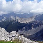 Tirol isch lei oans - isch a Landerl a kloans. Isch a schiens, isch a feins - und des Landl isch meins!