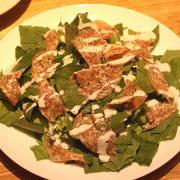 サラミとホウレンソウのサラダ