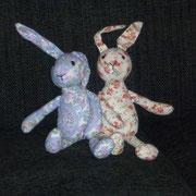 Peluche Conejos tela flores, chicos  / REF: - N /  15 cms./ 1 unidad / Arriendo: $ 2.000 c/u / Garantía: $ 20.000 c/u