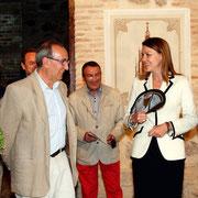 Sanguino, Cospedal y el abanico  Foto P.P. Fuente (http://toledonews2012.blogspot.com.es/2013/05/actividad-festiva-de-los-populares.html)