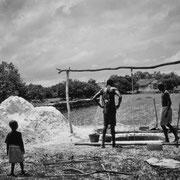 En la foto, vemos un niño contemplando a unos adultos que se turnan para cavar un pozo de forma artesanal. El poder metafórico de la imagen habla por sí mismo.