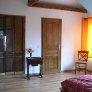 la chaleur du bois (de vieilles portes d'ascenseur avec vitres sérigraphiées pour la penderie) gîte rural Saint Quentin Aisne Laon Noyon Compiegne Peronne