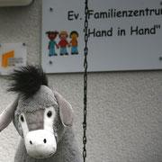 """Unser Esel vor dem Evangelischen Familienzentrum """"Hand in Hand"""" (Bochum)"""
