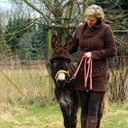 Kirstin Wulf mit Millie, die der Kita in Bochum einen Brief mit der Bitte um Unterstützung geschrieben hat.