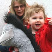 Astrid Schröder (Leiterin Familienzentrum) mit einem Riesen-Fan unseres Esels