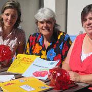 Kirstin Wulf mit Marie-Louise Bucher (mitte) und Eva M. Jutzi (rechts) von Pro Juventute in Bern