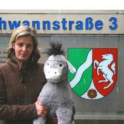 Der Esel und seine Begleiterin vor dem Ministerium in Düsseldorf