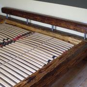 Bett aus antiken Dachbalken
