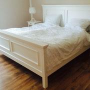 Landhausbett in Fichte weiß gebeizt und lackiert