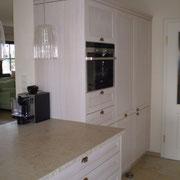Einbauküche weiß gebeizt und lackiert.