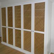 Garderobenschrank mit Holzgitter