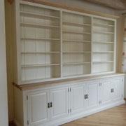 Bücherschrank weiß, Abdeckplatte und Gesimse in Ulme