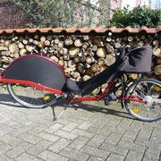 Elegantes rot, abgesetzt mit schwarz. Das Merlot ist im Vorderradbereich zu 50 Prozent verkleidet, eine saubere Sache. Hinterradfederung und 20 Zoll Hinterrad bieten ideale Möglichkeiten für Gepäckmitnahme.