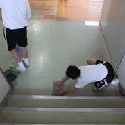 階段もすべて隅々拭き掃除をしています。全員が無言清掃です。一生懸命やると自然に無言になります。
