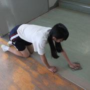 清掃活動では、雑巾担当の生徒は、みんな膝をつけて、しっかり自分の力と目で拭き掃除をしています。