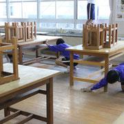 技術室でも拭き掃除です。平素の掃除でも換気扇の掃除まで行われていました。気づいた生徒が自主的に行っています。