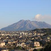 鹿児島市立伊敷台中学校は桜島の見える小高い丘の上に建っています。風向きによっては火山灰が降ってきます。