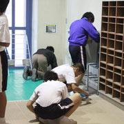 先生もいっしょに拭き掃除です。細かなゴミは、小さなほうきでていねいに取り除かれます。