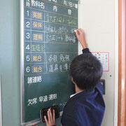 連絡黒板も各クラスきちんと整備され、一日のスケジュールが一目瞭然です。どのクラスも掲示物はとてもきれいに整備されています。