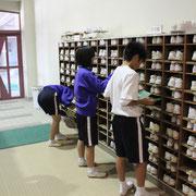 靴箱は全部の靴を外に出して、土を出し、拭き掃除をします。靴には全員がちきんと名前を書き、清掃に協力しています。