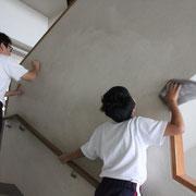 気づき清掃では、壁も水拭きです。これは大そうじではなく、まったく平素の10分間の掃除のようすです。