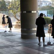 朝、始業前にはクラブ員が自主的に玄関付近の掃除をしています。明るいあいさつもしっかりです。