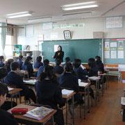 3年6組の津曲先生のクラスの朝礼のようすです。みんな背筋が伸びて、しっかり話を聞いています。朝は全校が静かに朝の読書や朝学習に取り組んでます。