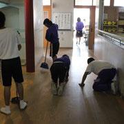 廊下も拭き掃除です。ゴミ一つ、塵ひとつ廊下には落ちていません。心磨きの清掃活動です。