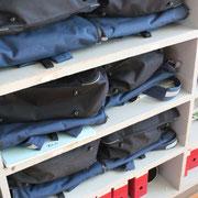 教室の後ろの棚も、カバン、サブバッグ等、揃えて収められています。