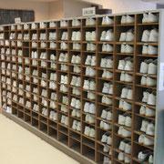 玄関では、全校生徒の靴が、一足乱れず整頓されています。靴の背も撮りやすい位置に揃えられています。