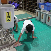 裸足ゾーンも拭き掃除をします。靴箱の上もきちんと雑巾がけがされています。