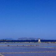 トラパニの雄大な塩田と青い空