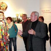 Hans Driesel, langjähriger Sitzungspräsident der Schwarzen Elf Schweinfurt, führte durch die Ausstellung